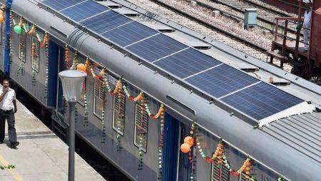 India inaugura trenes híbridos provistos de paneles solares